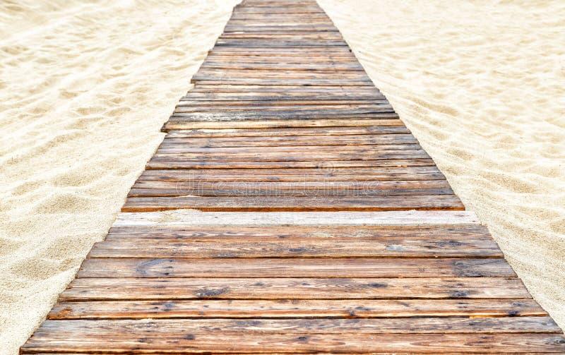 Panorama de la playa arenosa abandonada con un camino de madera en Anapa, Rusia imagenes de archivo