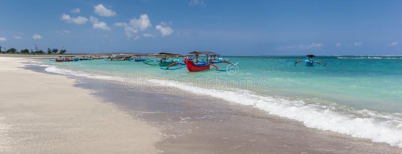 Panorama de la playa arenosa blanca de Kuta en Bali foto de archivo libre de regalías