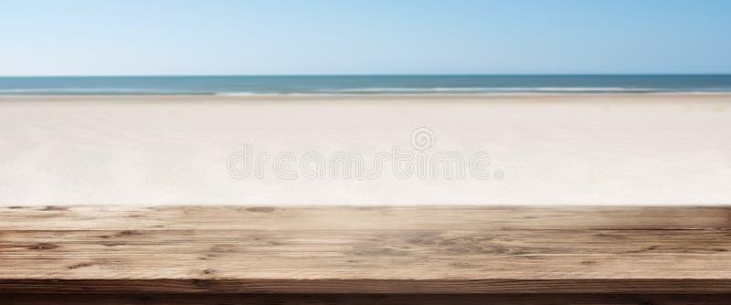 Panorama de la playa con la tabla de madera vacía imagen de archivo