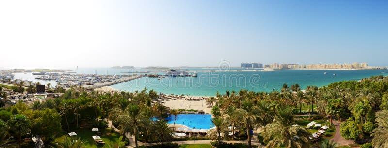 Panorama de la playa con una opinión sobre la palma de Jumeirah foto de archivo