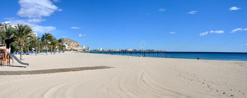 Panorama de la playa de Alicante imagenes de archivo