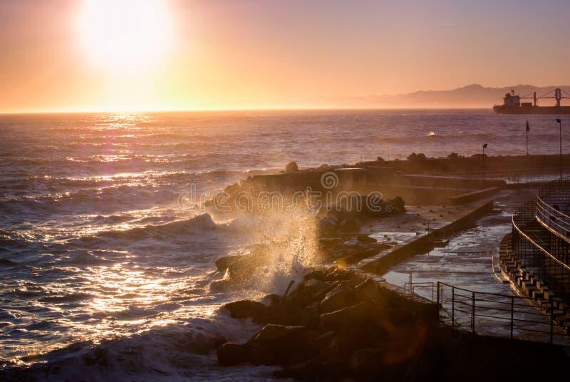 Panorama de la playa en la puesta del sol foto de archivo