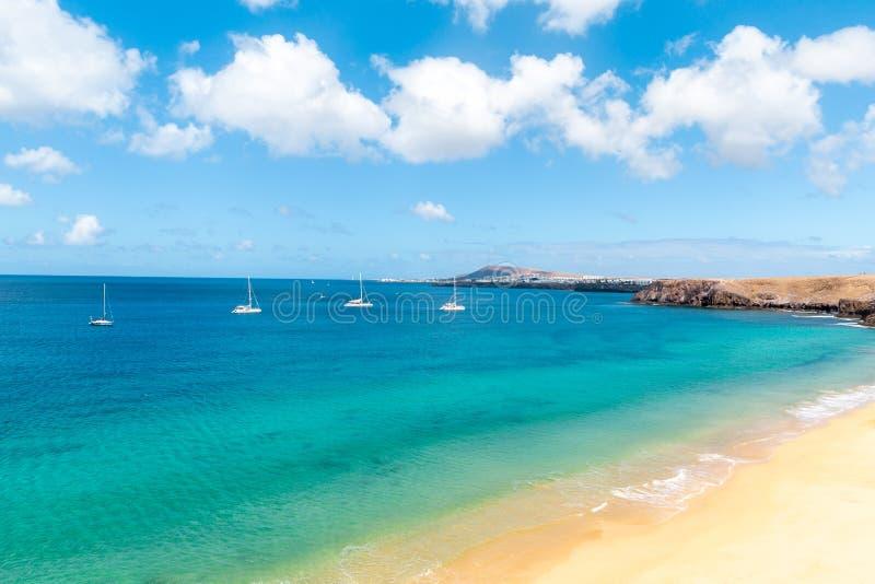 Panorama de la playa hermosa y del mar tropical de Lanzarote canaries imágenes de archivo libres de regalías
