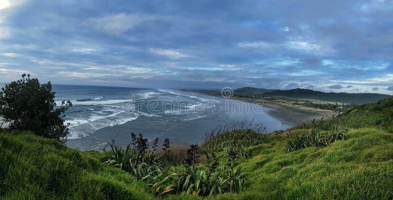Panorama de la playa de Muriwai debajo del cielo tempestuoso imagen de archivo libre de regalías