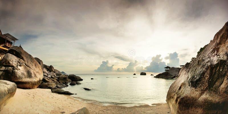 Panorama de la playa tropical antes de la puesta del sol imagen de archivo