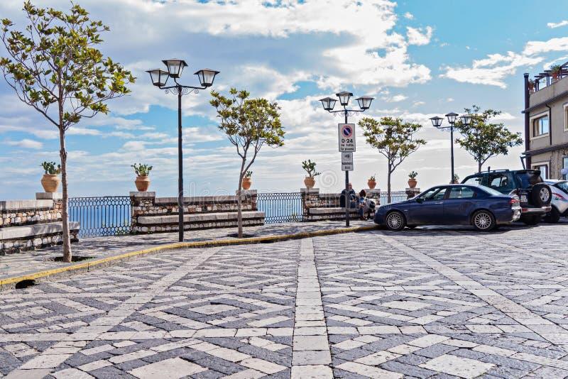 Panorama de la plaza de la tubería de la ciudad de Castelmola imagen de archivo libre de regalías