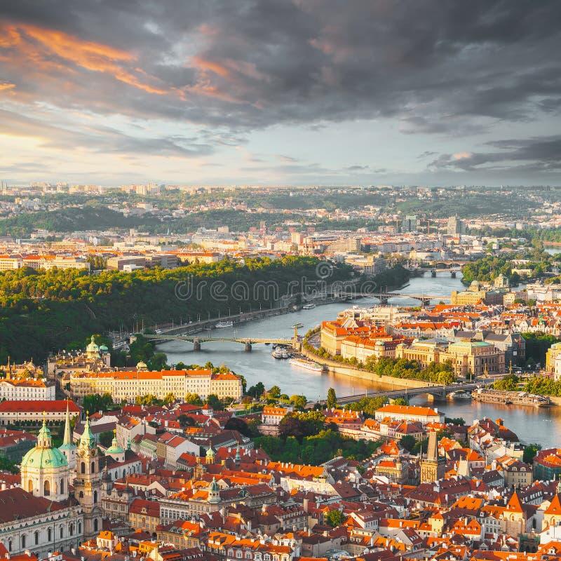 Panorama de la Praga vieja de la torre de Petrin, República Checa foto de archivo