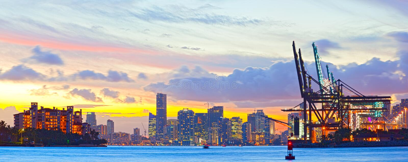 Panorama de la puesta del sol del puerto, de Fisher Island y de céntrico de Miami imagen de archivo libre de regalías