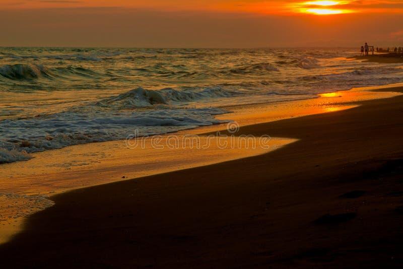 Panorama de la puesta del sol hermosa en el océano fotos de archivo libres de regalías