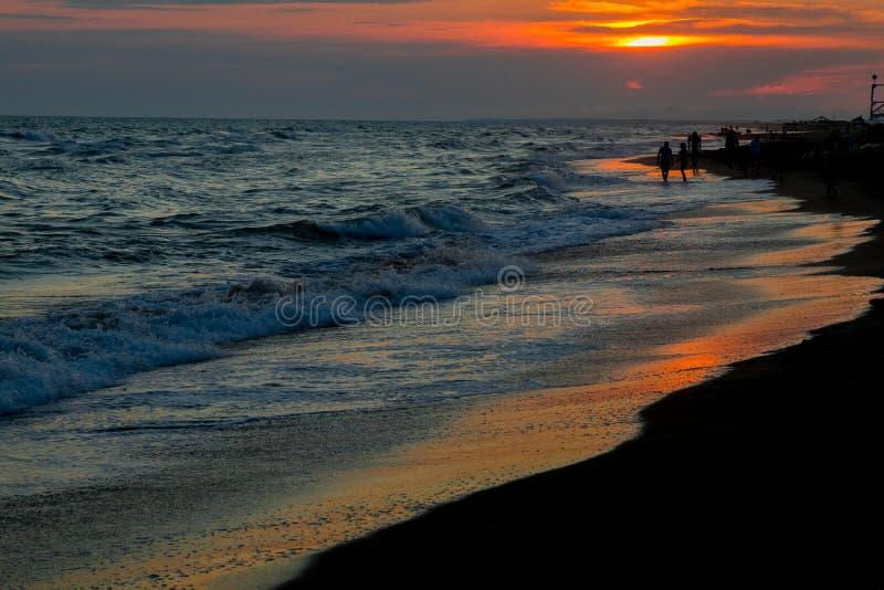 Panorama de la puesta del sol hermosa en el océano foto de archivo libre de regalías