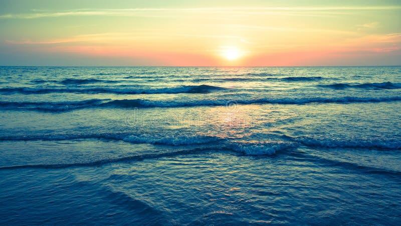 Panorama de la puesta del sol hermosa en el océano Naturaleza fotos de archivo libres de regalías
