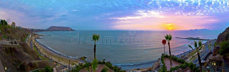 Panorama de la puesta del sol sobre el Océano Pacífico - Miraflores en Lima - Perú imagen de archivo libre de regalías