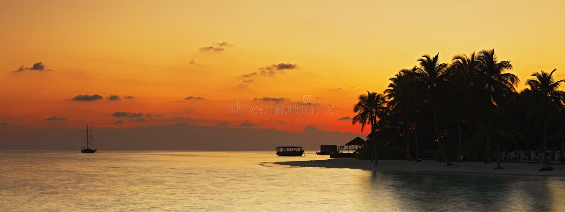 Panorama de la puesta del sol tropical fotos de archivo libres de regalías