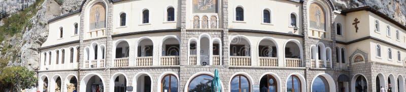 Panorama de la rangée supérieure du monastère d'Ostrog dans Monténégro photos stock