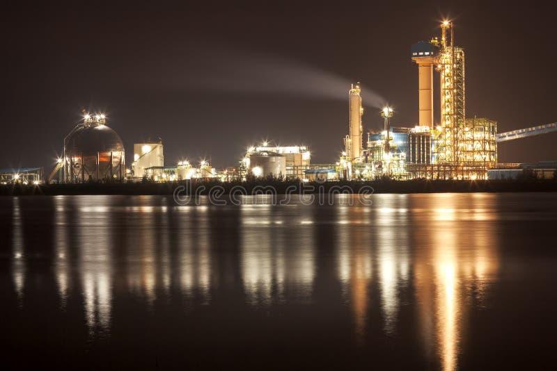 Panorama de la refinería de petróleo con la reflexión, planta petroquímica imágenes de archivo libres de regalías