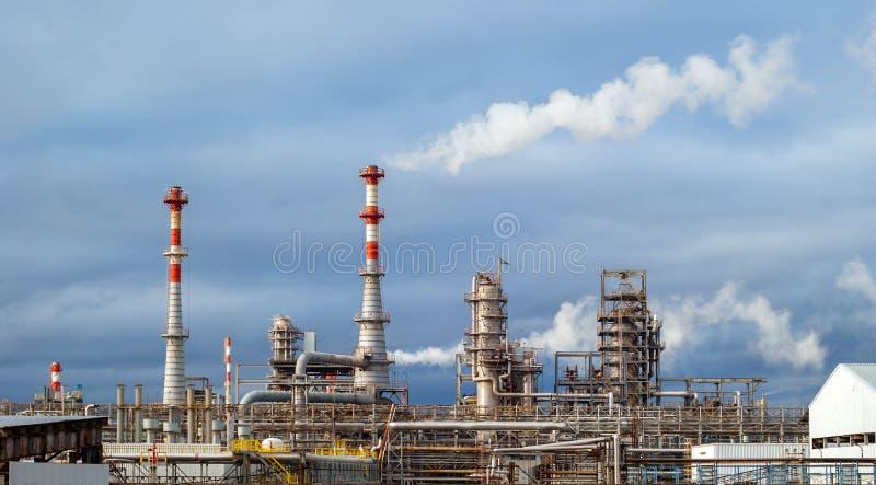 Panorama de la refinería de petróleo imagen de archivo