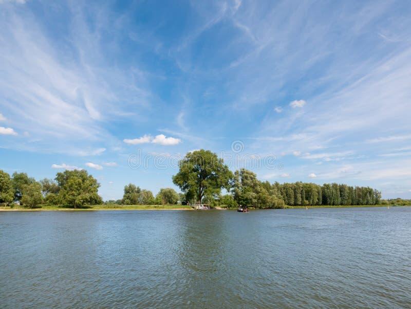 Panorama de la rivière Afgedamde Maas près de Woudrichem, Pays-Bas photographie stock libre de droits