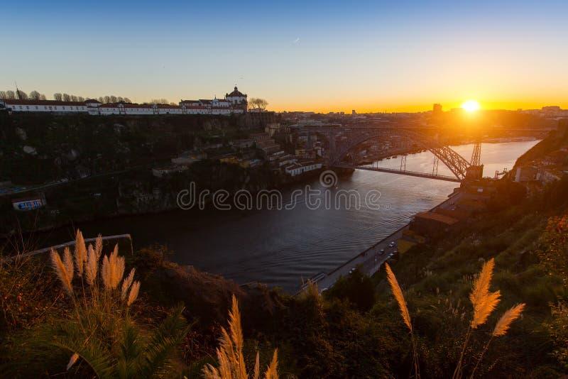 Panorama de la rivière de Douro et du pont de Dom Luis I pendant le coucher du soleil photographie stock libre de droits