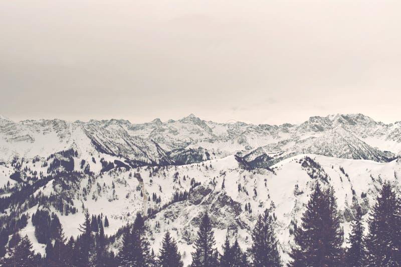 Panorama de la salida del sol de montañas alpinas nevadas imagen de archivo libre de regalías
