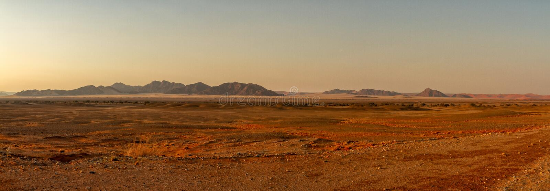 Panorama de la salida del sol del desrt de Namib fotos de archivo