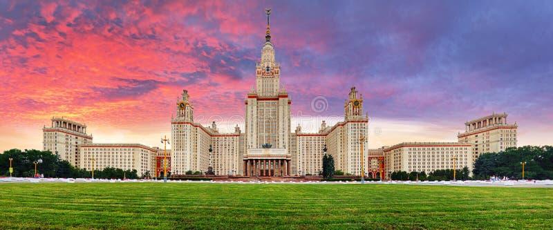 Panorama de la universidad de estado de Lomonosov Moscú en la puesta del sol dramática fotografía de archivo libre de regalías