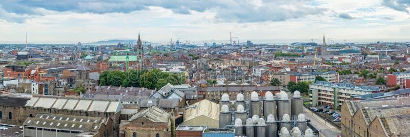 Panorama de la ville de Dublin, brasserie de bière dans le premier plan Irlande photographie stock libre de droits