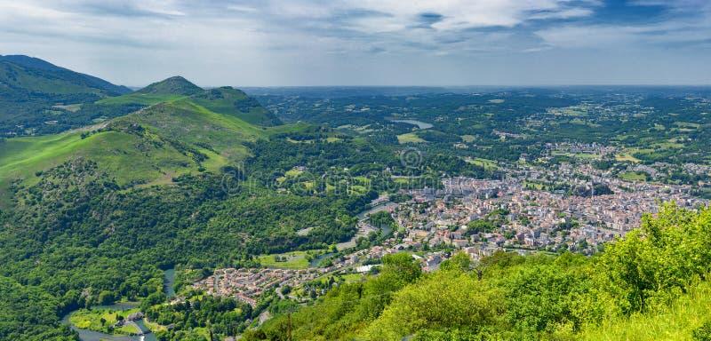 Panorama de la ville de Lourdes photos stock
