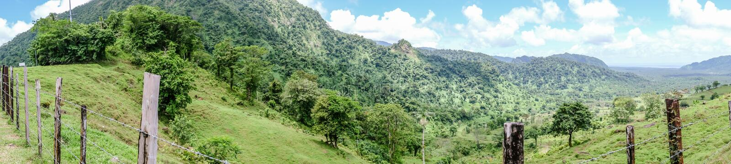 Panorama de la visión sobre el paisaje de colinas y de campos en U central foto de archivo libre de regalías