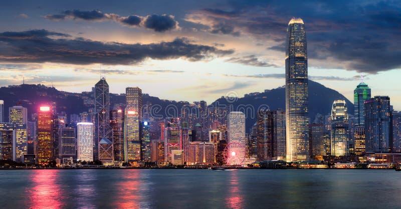 Panorama de la vista nocturna del puerto Victoria en Hong Kong, China foto de archivo libre de regalías