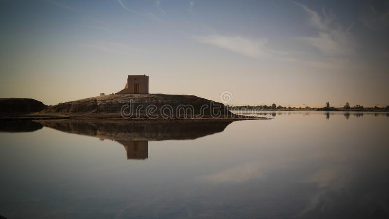 Panorama de lac et de forteresse Zaytun près d'oasis de Siwa, Egypte photo stock