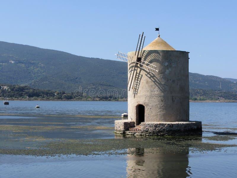 Panorama de Laguna di Orbetello Vista do moinho de vento rústico que senta-se na lagoa Toscânia, Italy fotos de stock