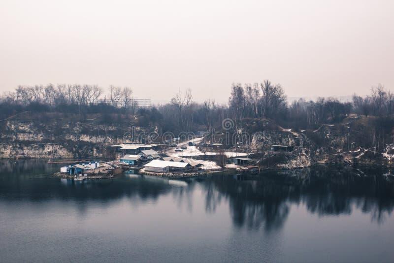 Panorama de las casas industriales de los pequeños trabajadores en el lago adentro fotos de archivo