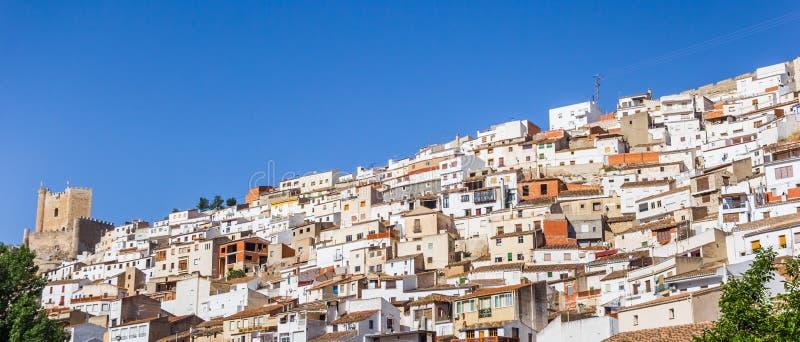 Panorama de las casas y del castillo blancos en Alcala del Jucar fotografía de archivo libre de regalías