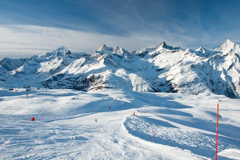 Panorama de las cuestas del esquí fotos de archivo