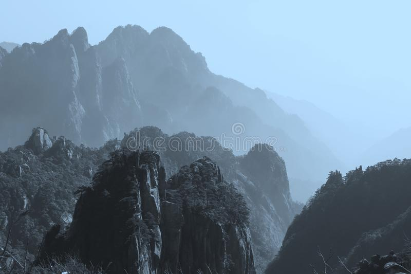 Panorama de las montañas amarillas místicas en el amanecer, China imagen de archivo
