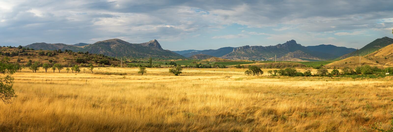 Panorama de las montañas en el horizonte, Crimea del paisaje de la estepa imágenes de archivo libres de regalías