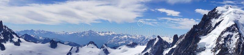 Panorama de las montañas en junio Vista del macizo de Mont Blanc imagen de archivo libre de regalías