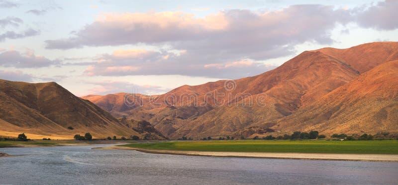 Panorama de las montañas en la curva de despedida, Oregon durante puesta del sol imagen de archivo libre de regalías