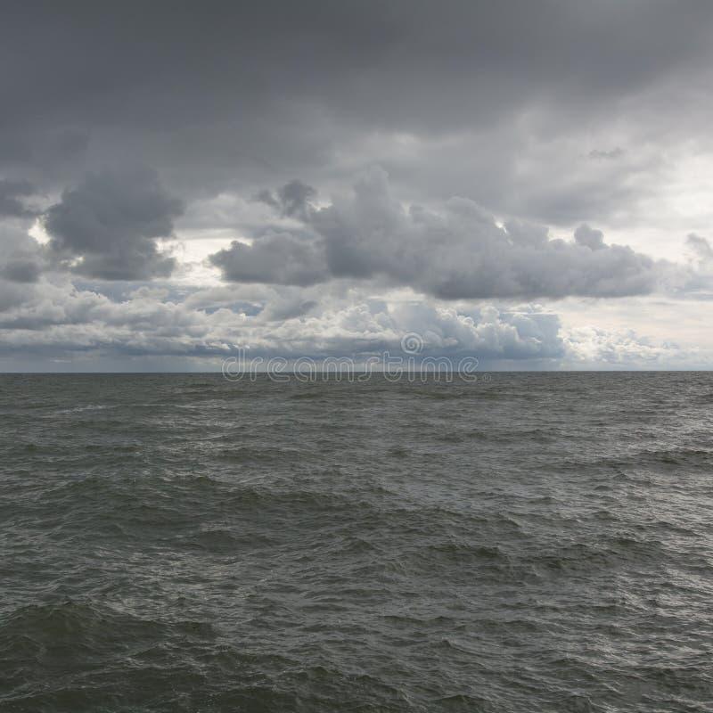 Panorama de las ondas oscuras del cielo y del mar imagen de archivo