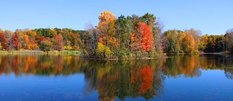 Panorama de las reflexiones del otoño imagen de archivo