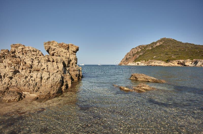 Panorama de las rocas que se escapan del agua imagen de archivo libre de regalías