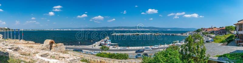 Panorama de las ruinas de la ciudad antigua de Nessebar y del puerto del puerto Nesebar, Nesebr es un sitio del patrimonio mundia foto de archivo libre de regalías