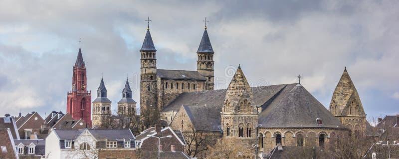 Panorama de las torres de iglesia en Maastricht foto de archivo