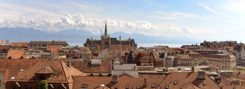 Panorama de Lausanne con la iglesia de Saint Francois, Suiza foto de archivo
