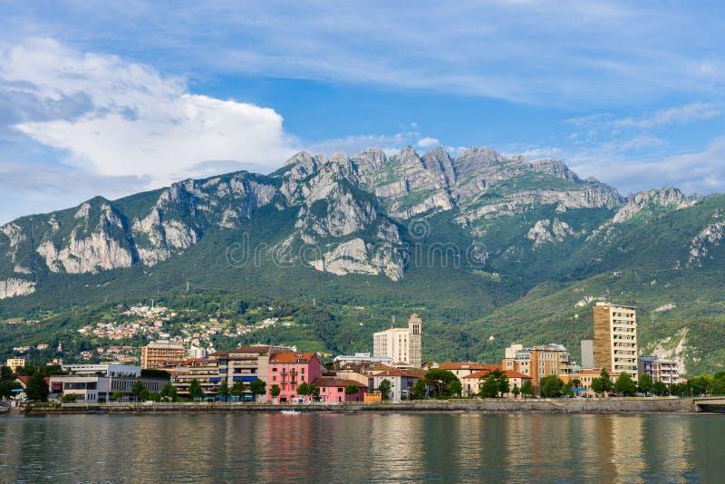 Panorama de Lecco avec les montagnes à l'arrière-plan photos stock