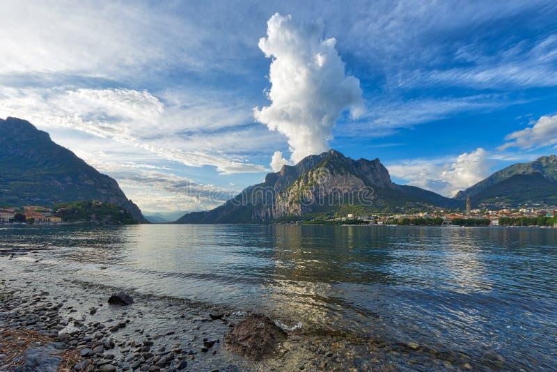 Panorama de Lecco avec les montagnes à l'arrière-plan et à une étreinte images stock