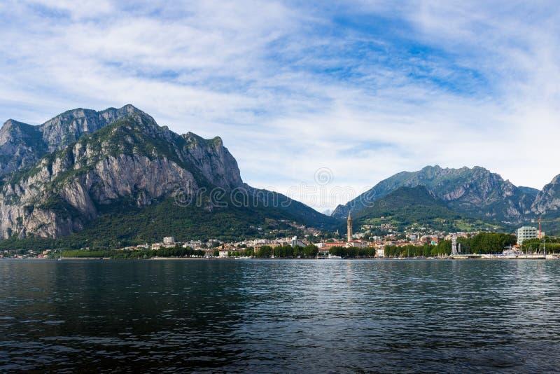 Panorama de Lecco sur le lac Como avec les montagnes dans le backgro image stock