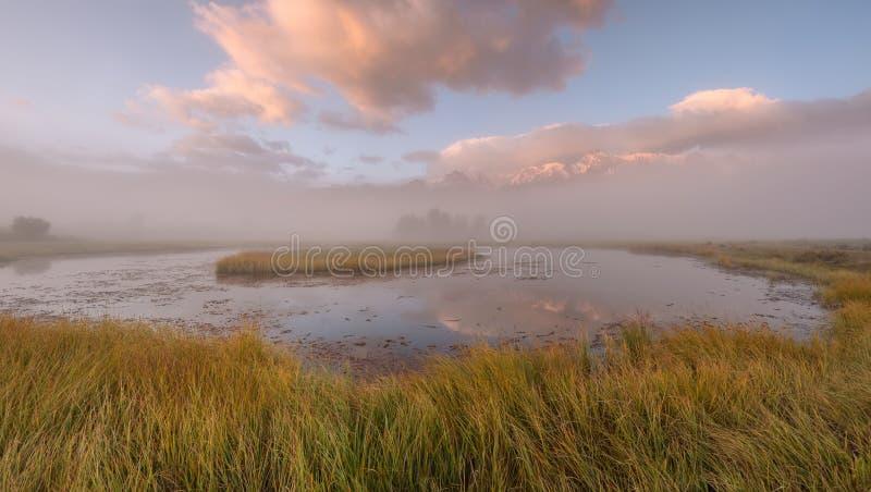 Panorama de lever de soleil de réflexion d'île de montagnes de brouillard de lac images stock