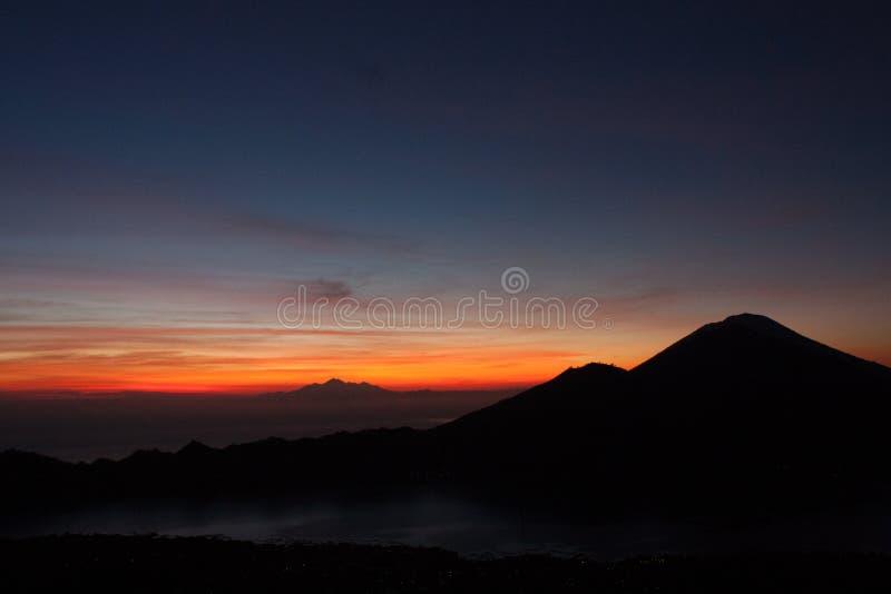 Panorama de lever de soleil sur le volcan de Batur de bâti images stock