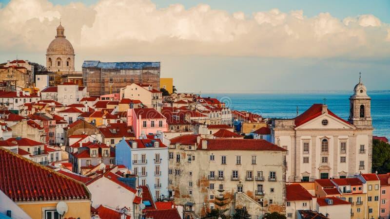 Panorama de Lisboa Silueta del hombre de negocios Cowering Lisboa es la capital y la ciudad más grande de Portugal Lisboa es el ` fotografía de archivo